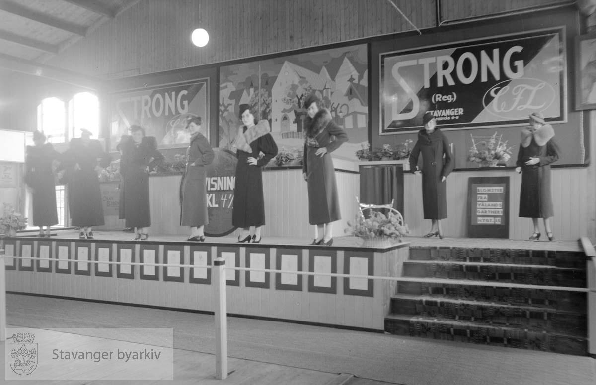 Utstilling av kåper fra A/S Strong under kjøpemessen.