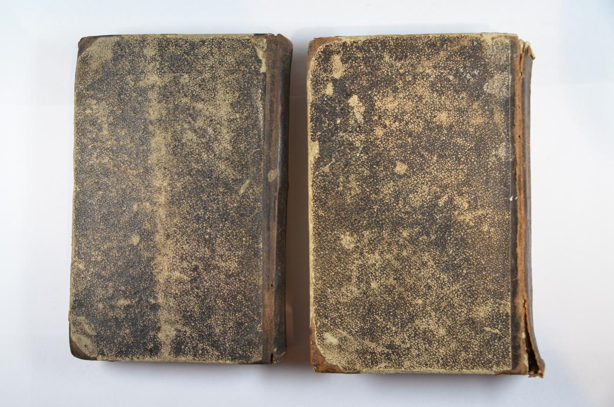 To bønnebøker på hebraisk til hhv Pesach og Shavoth. I begge bøkene er klistret inn noter med tekst til bønn (trolig av kantor Goldberg). Har opprinnelig vært en tredje bok, men denne er ikke med. Utgivelsessted og dato ukjent. Muligens første halvdel av 1800-tallet?