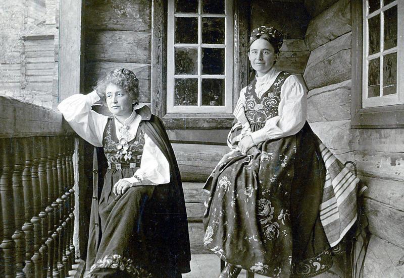 Hulda Garborg (t.v.) og Tilla Valstad (t.h.) på Maihaugen (Foto/Photo)