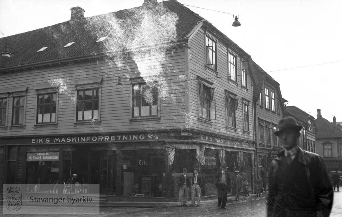 Eiks maskinforretning på hjørnet Breigaten / Østervåg