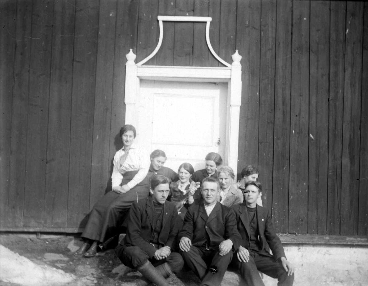 En gruppe personer utenfor en dør.