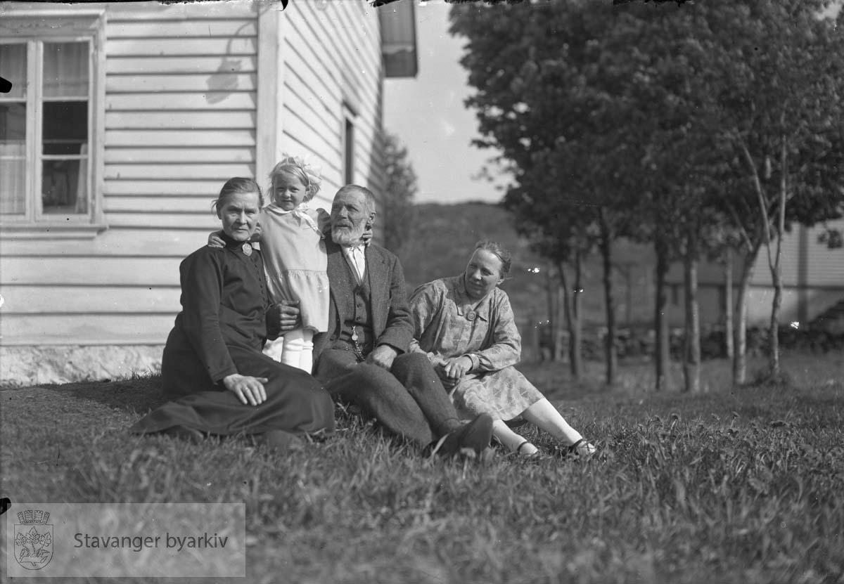 Et eldre par, en kvinne og ei jente.
