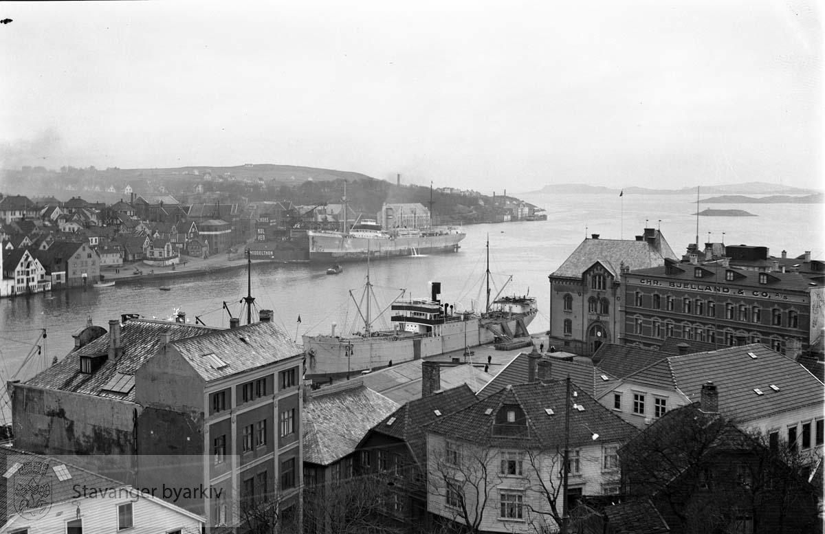 Fra Valberget, utsikt mot Byfjorden..Skansekaien , Tollboden og Hotel Victoria til høyre.Strandkaian og Sandvigå i bakgrunnen