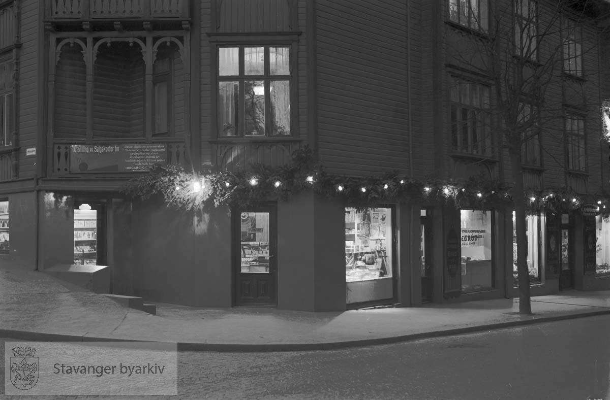 Butikkvinduer..K. Kristiansen, Finere kolonial, Cigar & Fruktforretning