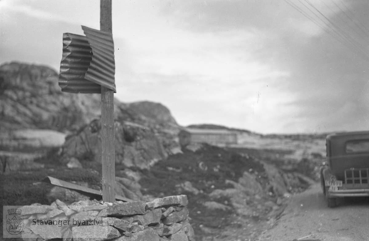Stavanger Kiselguhr Co.Blikkplate bøyd rundt en påle.