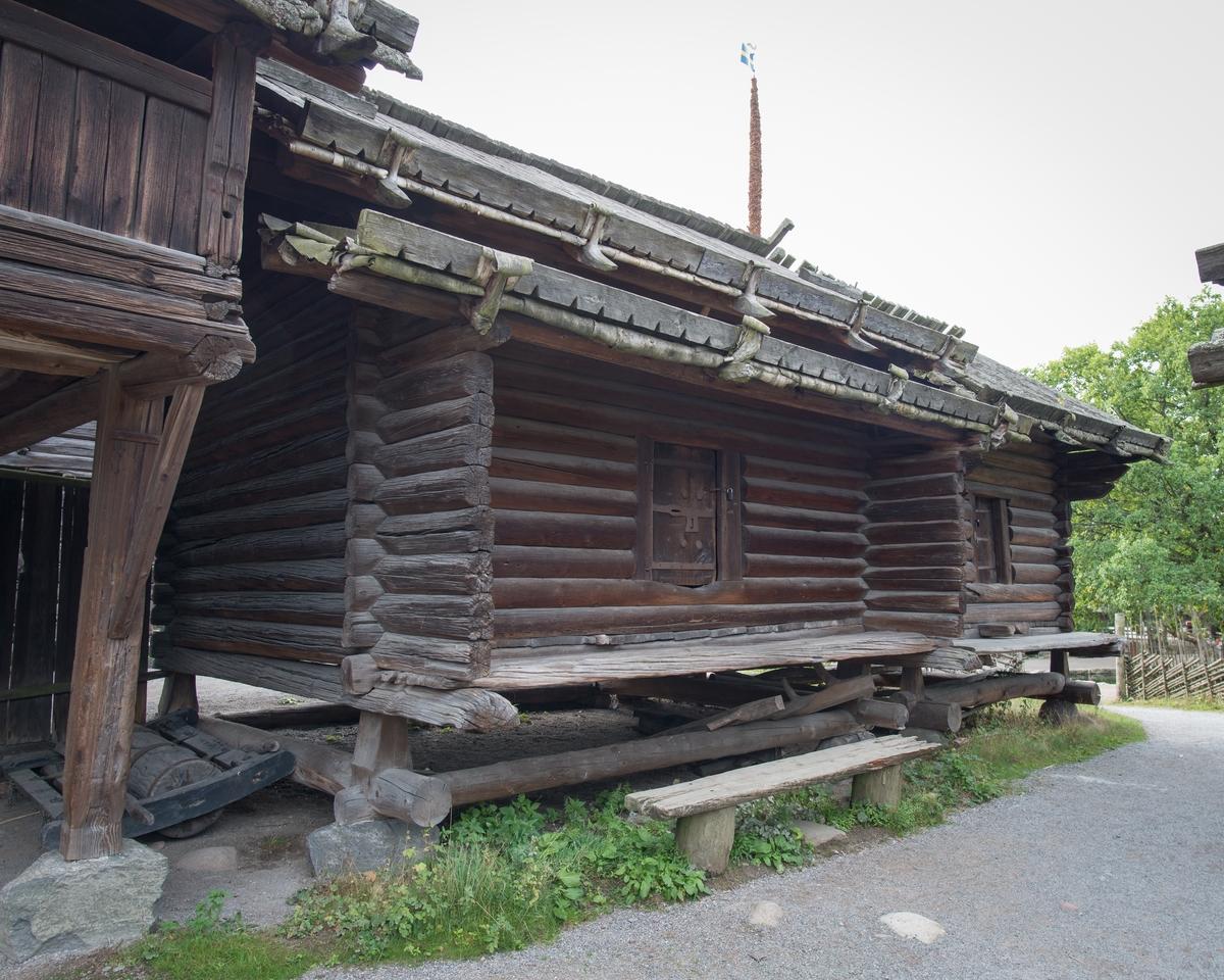 Färnäshärbret på Moragården är ett timrat härbre i två våningar, med svale. Härbret har sadeltak, svalen har ett förtak som anbragts strax under härbrets takfot. Tätskikten på taken är av näver som täckts av takved.   Ovanför ingångsdörren är årtalet 1595 inskuret, vilket antagits vara byggnadsåret. Färnäshärbret kommer från gården Finnperosgården i Färnäs by, Mora socken i Dalarna. Härbret kom till Skansen redan 1897 och sattes upp på Moragården 1929.