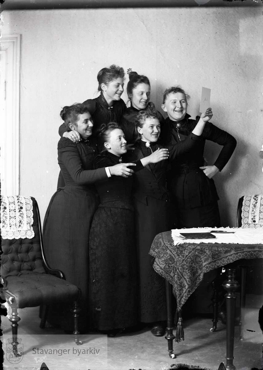 Seks lystige kvinner antakelig med Eckhoffgener.