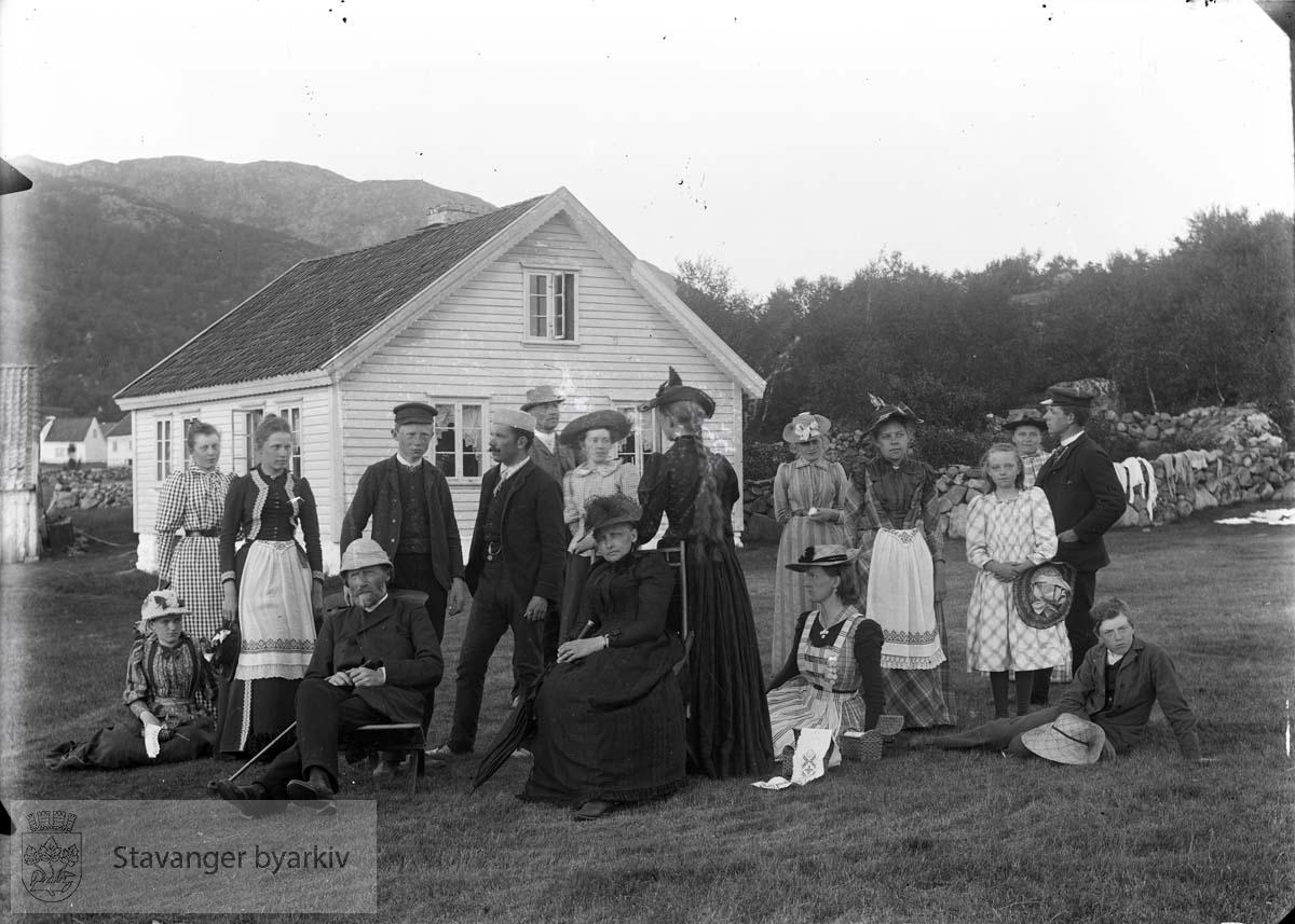 Meget oppstilt bilde av noen fra slekta Eckhoff på landet.
