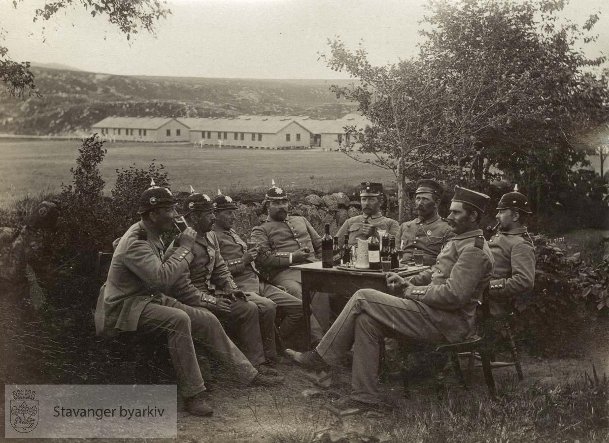 Soldater drikker vin ved Madlaleiren
