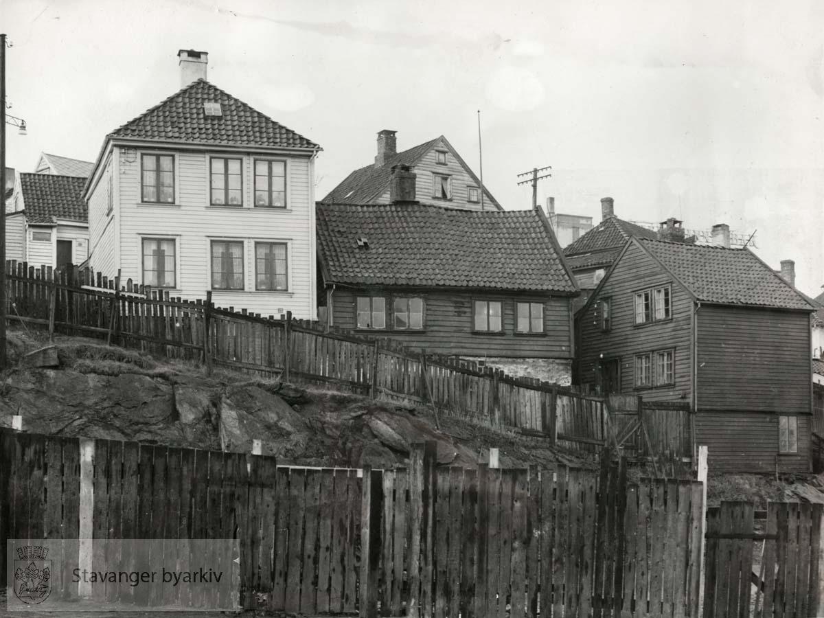Fra venstre: Øvre Kleivegate 23 (A. Olsen), 21, nedrevet januar 1955, og 19..(Finnes også som BySt020_0036)