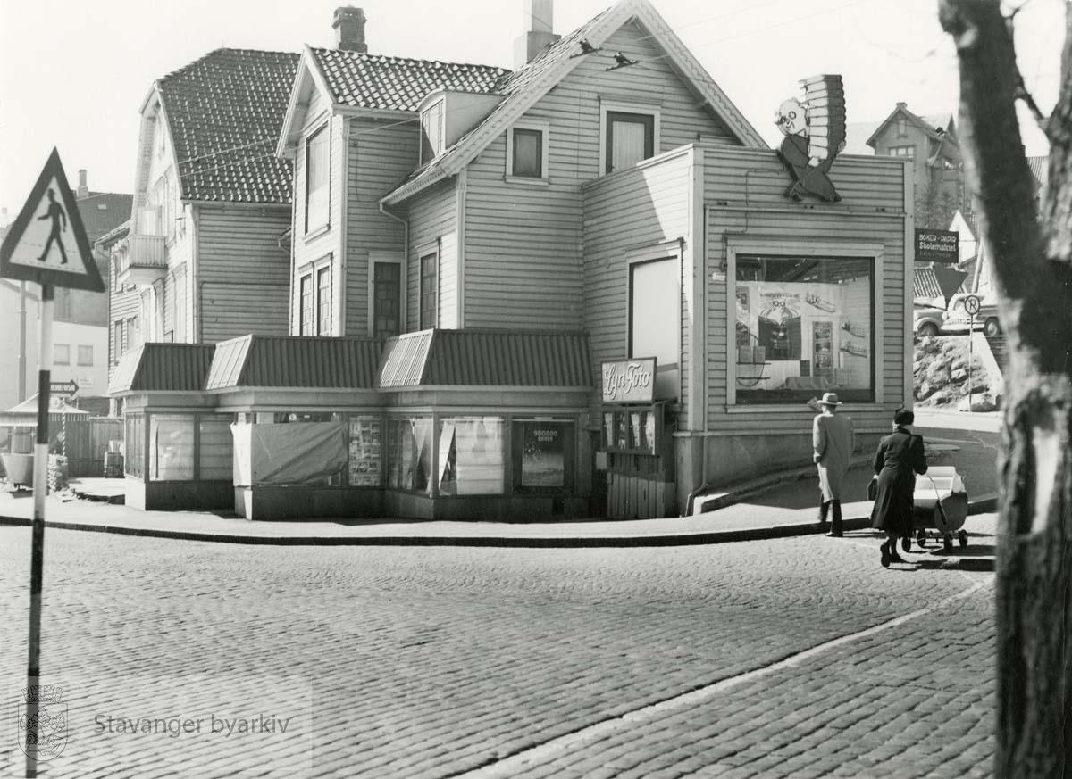 Bang og Moldes bokhandel. Revet oktober 1955. Olavskleiva 6 like bak.