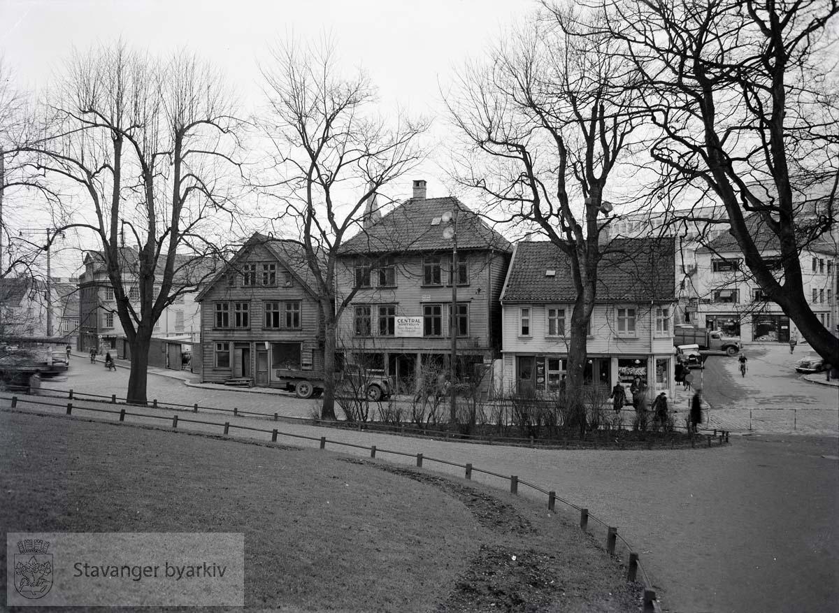 Fra venstre: Kongstagen 14, revet januar 1955.Kongsgata 16, revet mars 1955.Kongsgata 18, revet januar 1958