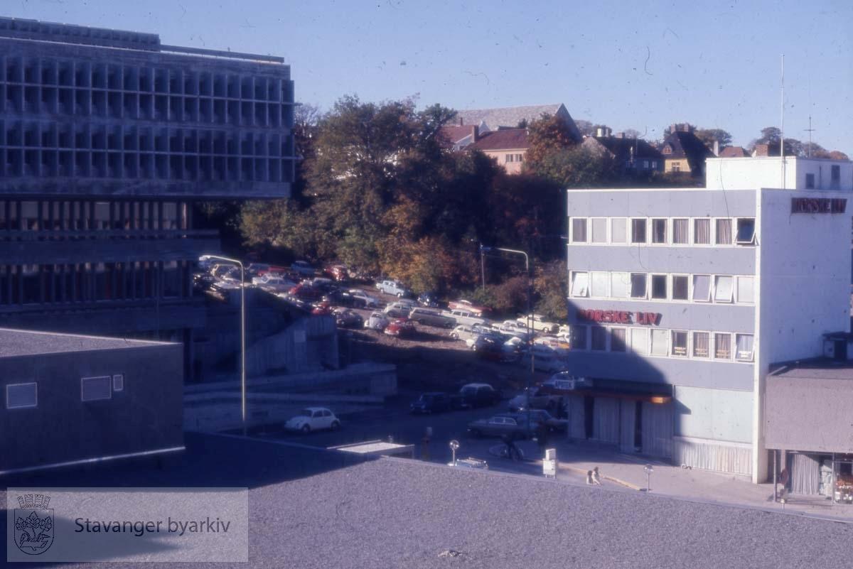 Mot svømmehallbygget, midlertidig parkeringsplass og Tveteraasgården