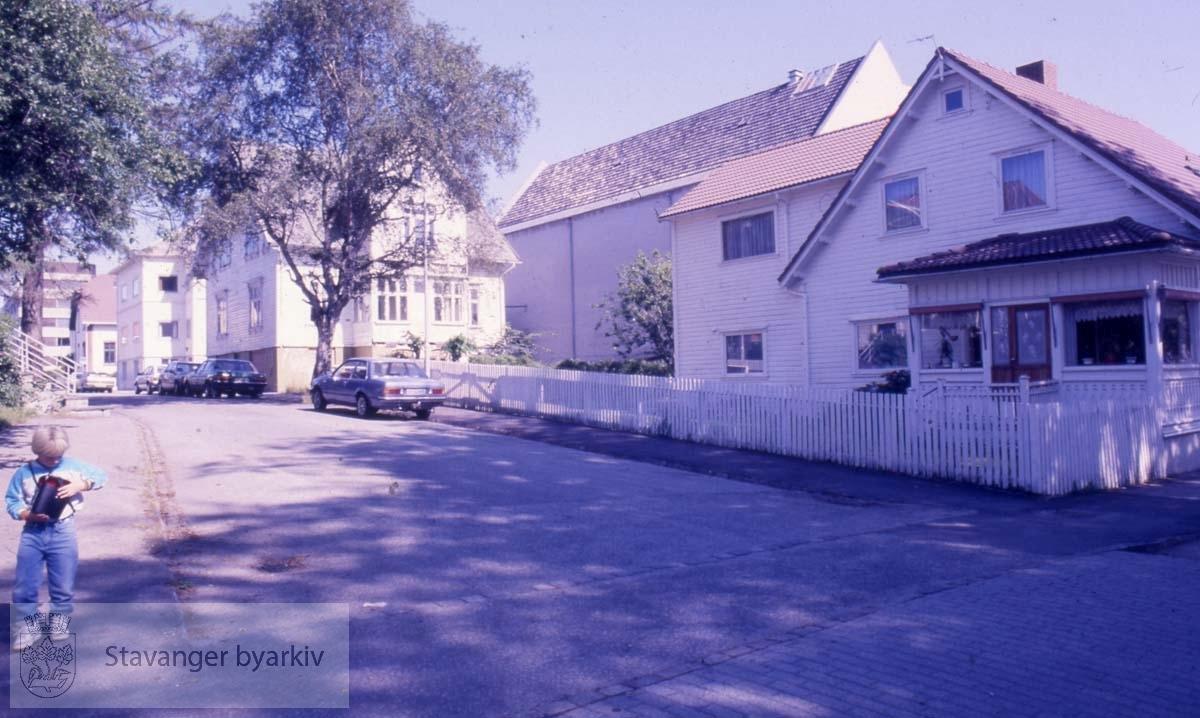 Husene på bildet er i dag revet. Huset til høyre hadde i sin tid adresse Dronningens gate 13, men denne biden av Dronningens gate har siden blitt omdøpt til St. Svithuns gate.