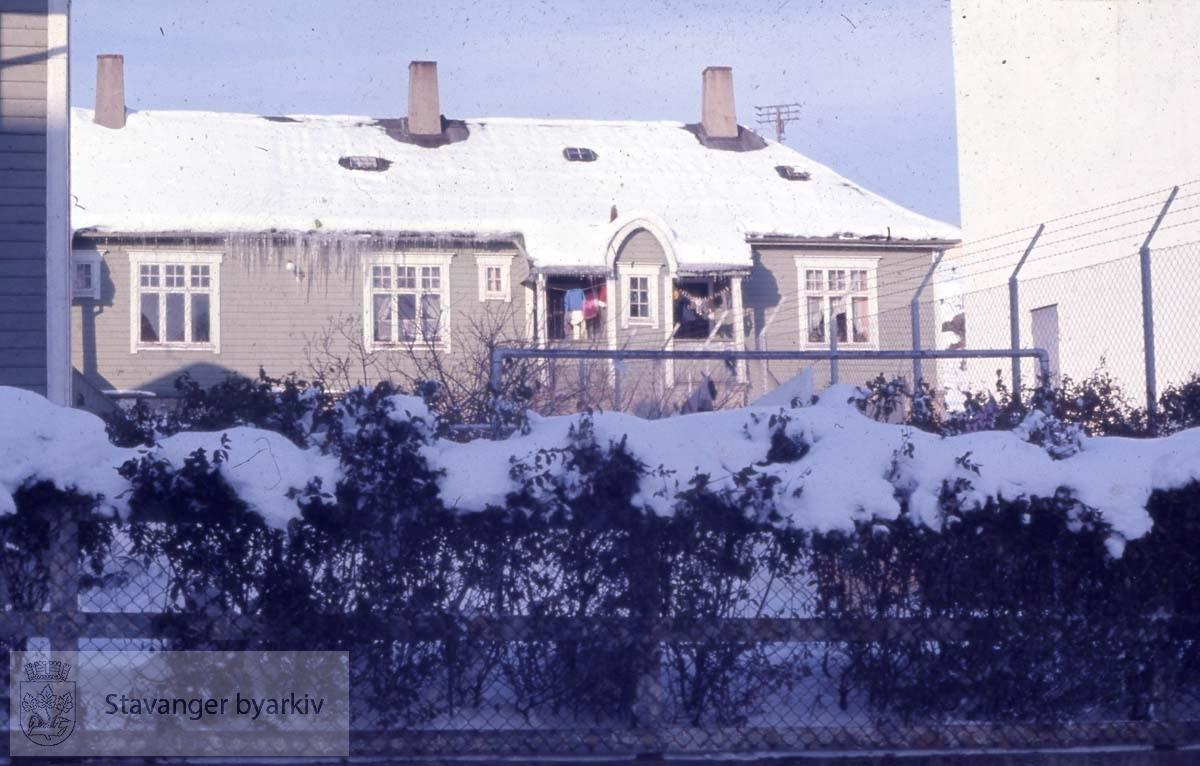 """Under 1. verdenskrig ble det oppført 11 nødbrakker på Sletten. Stedet ble også kalt """"Barakkene"""". Brakkene sto helt fram til 1970. Da ble de revet og erstattet med nye, kommunale boliger...Midjord, Storhaug bydel."""