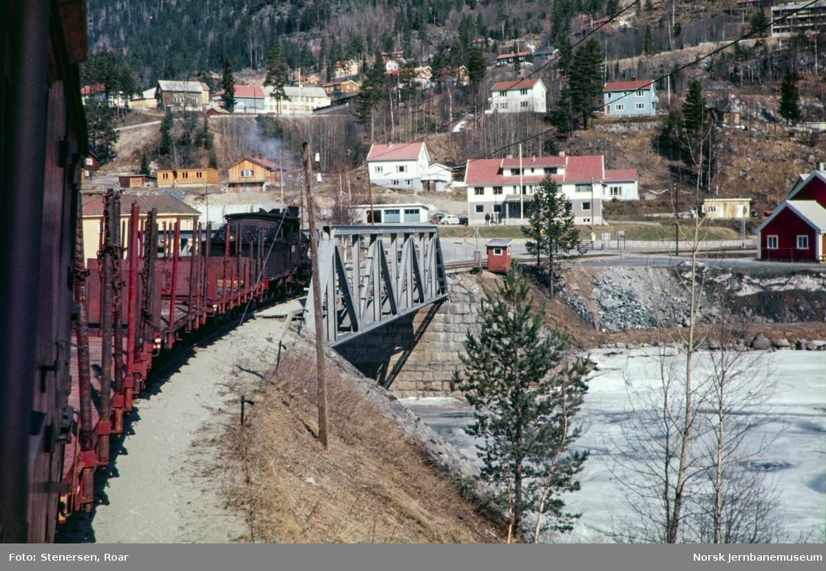 Damplokomotiv type 21b nr. 225 med godstog til Rødberg på Uvdalselva bru.