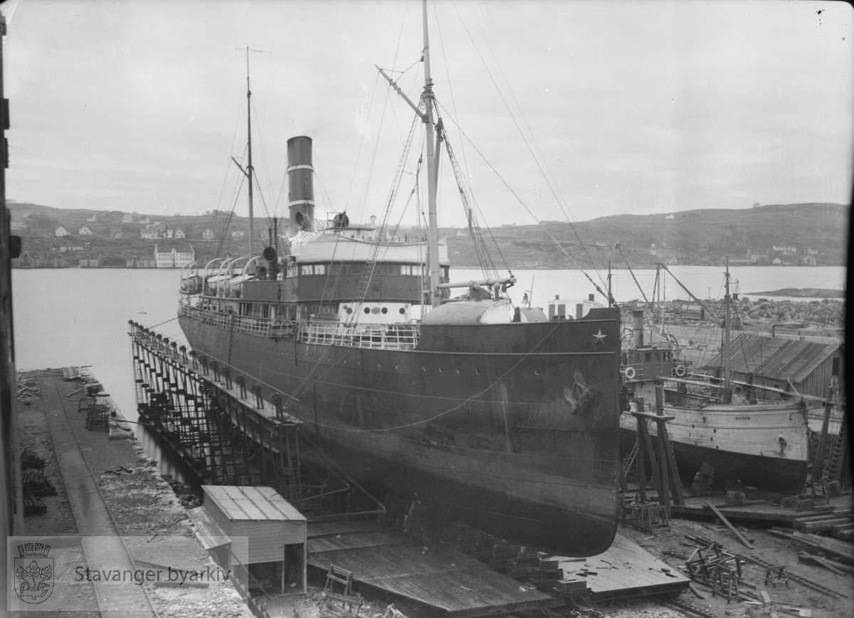 """Fiskebåten """"Bassen"""" ligger ved siden ..Rosenberg Mekaniske Verksted.Buøy"""