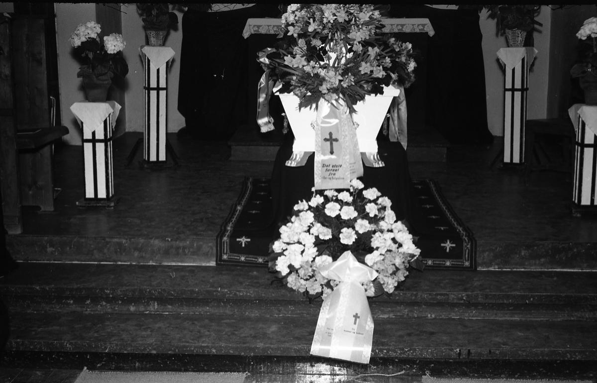 Tre bilder fra en begravelse. Bildene er tatt inne i kirke eller gravkapell, ukjent hvor. På det første bildet er tre uidentifiserte personer samlet ved kista. De to øvrige viser kiste og kranser.