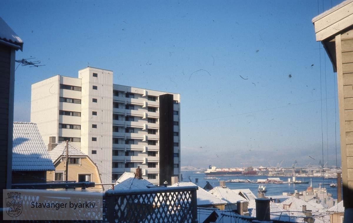 Mot fjorden.Vinter og snø