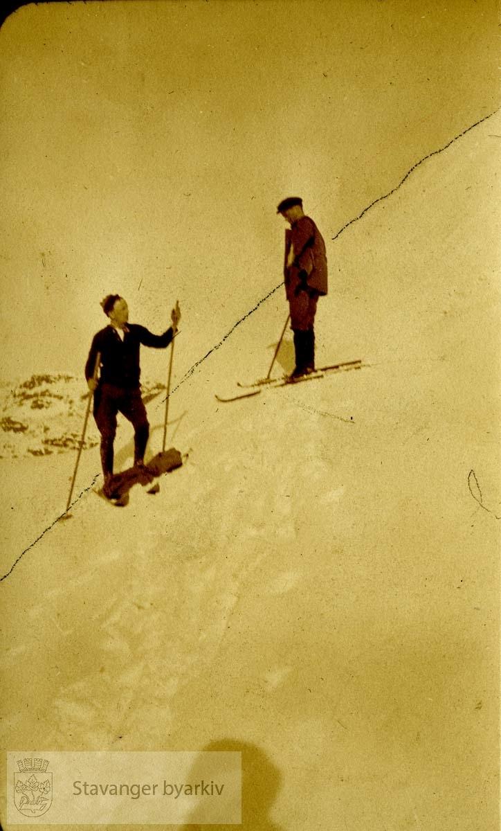 To menn i bakke, på ski