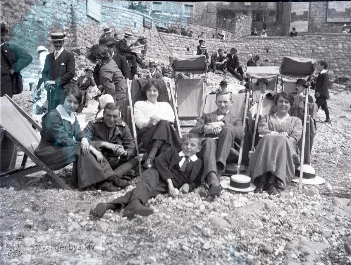 Folk i fluktstoler på strand.England?.Oscar Iversen nr. to fra høyre.