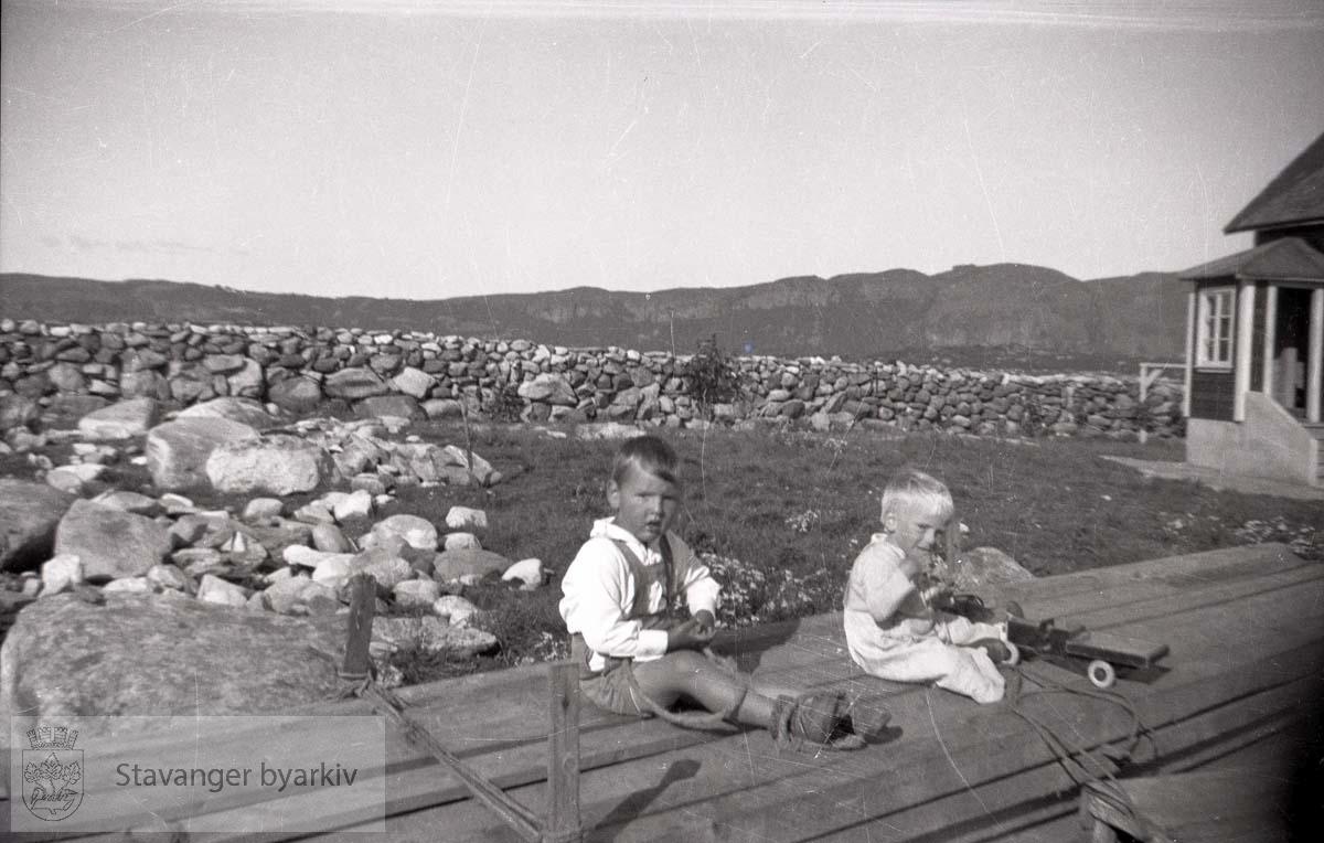 To gutter leker på brygge eller platting..Oskar Andreas Iversen til høyre.