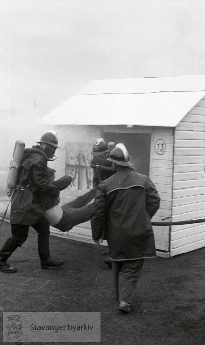 """Demonstrasjon: Redding av """"brannoffer"""". Røykdykker."""