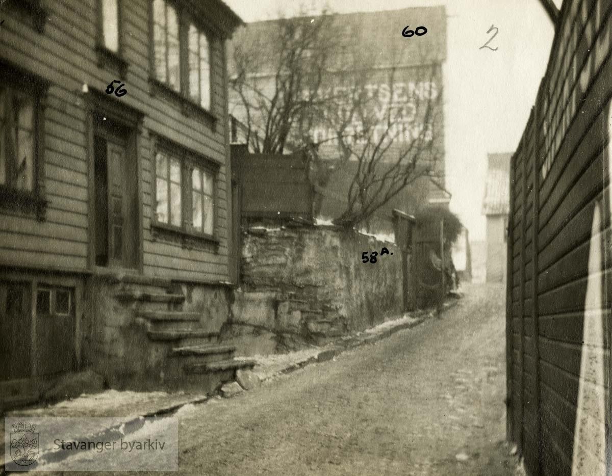 Gateløp og boliger i Strandgaten..Originalen er i et album.
