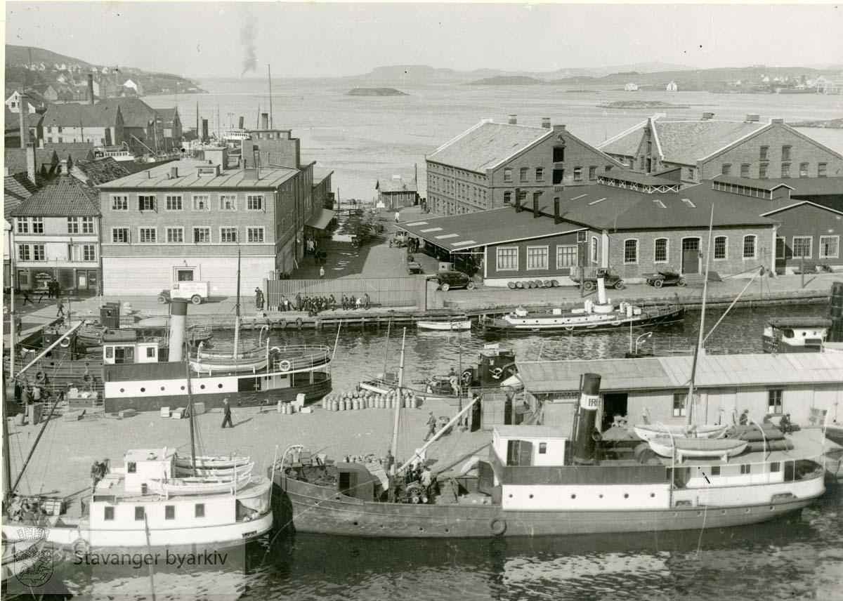 """Slakthuset.Slakthuskaien på Kjeringholmen / Kjerringholmen .Stavanger kommunale Slakteanlegg.Steinkarkaien i front..Brannskuta """"Nøk"""" bak til høyre..Nøkk"""