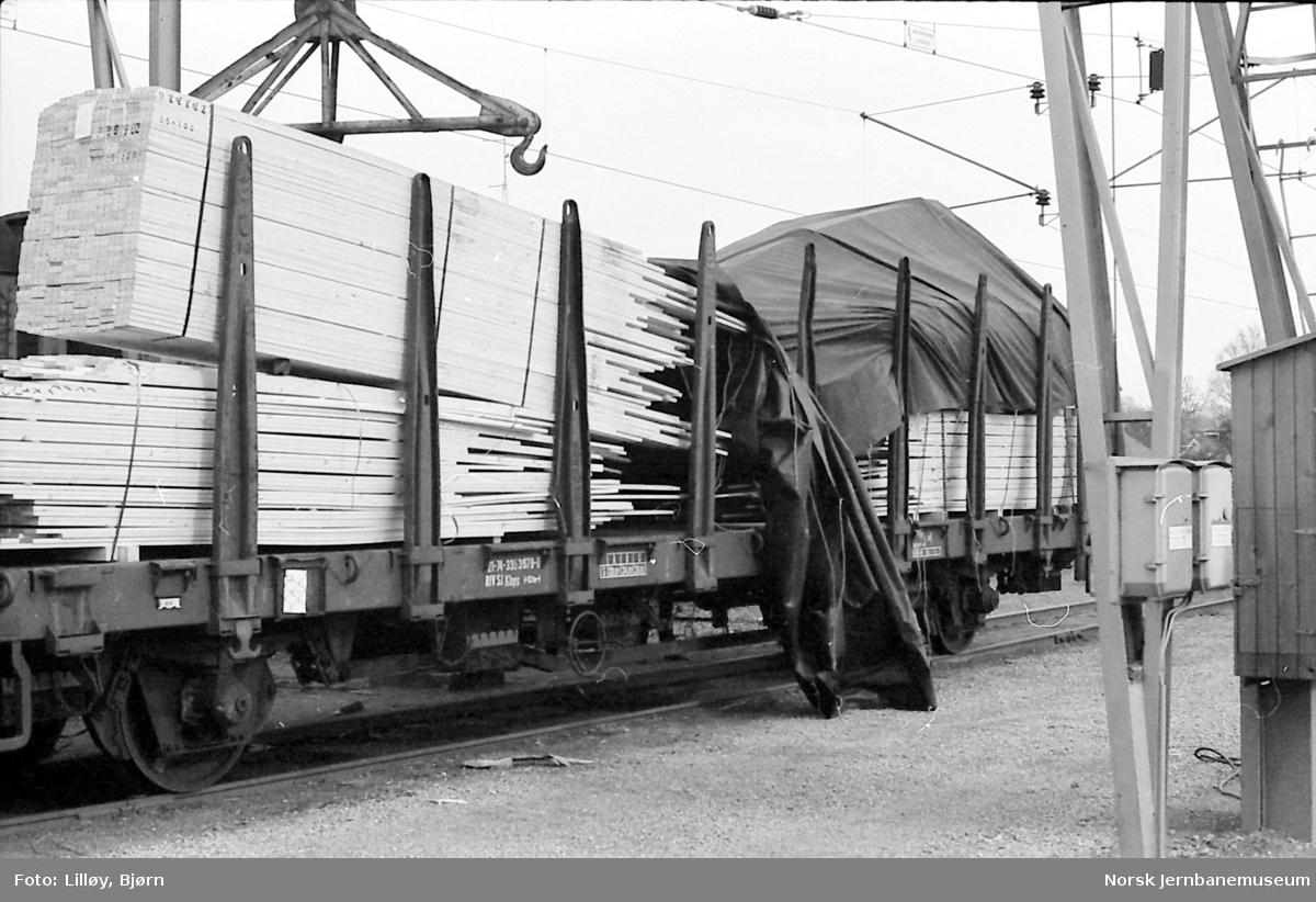 Ankommet vognlast på Porsgrunn stasjon. Lasten har forskjøvet seg da vognen passerte vognbremsen på Alnabru.