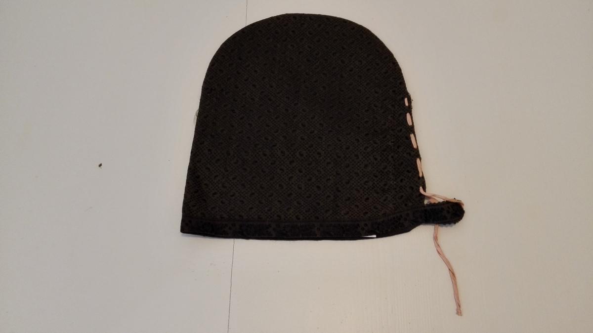 Svarthue: Sjå omtale av svarthue på nr. 6100.   6102 - Av sort mønstret tøi, kantet med sort mønstret baand, løs papirform indi og foret med glat tøi.  Kjøpt paa auktion paa Storaker i Hyllestad ved lensm. A.Faleide.