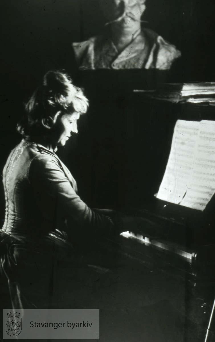 Kvinne spiller piano