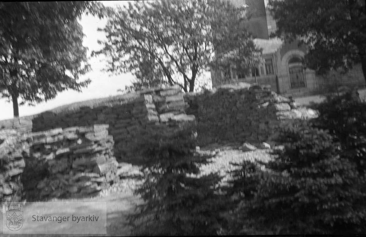 Johannesparken ved St. Johannes kirke.Tysk bunker (?). .Fotografert for Byingeniørkontoret. .Fra fredsdagene 1945.Etter frigjøringen..Frigjøringsdagene.