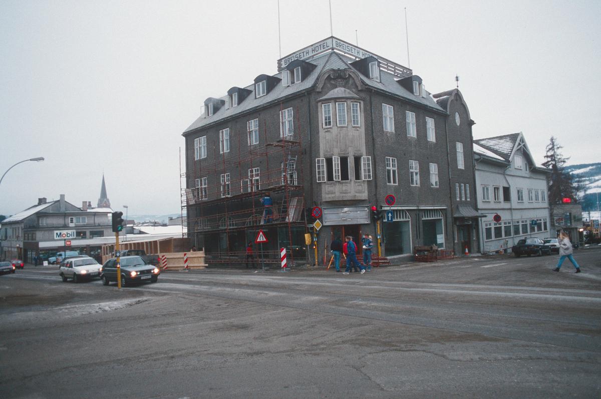 Lillehammer.  Dølaheimen Breiseth Hotell under ombygging.  Sett mot sør fra gatekrysset Kirkegata - Jernbanegata.