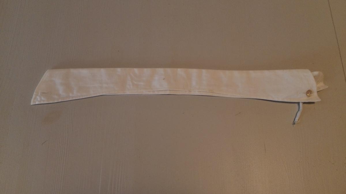 Spiss snipp med knapphol i båe snippar. Gjenomgåande band med knapp i båe endar for å halda saman snippen i endane. På underdelen knapp og 3 knapphol for samanhalding og feste til skjorteknapp som vert tredd gjennom 2 knapphol og øverste knapphol i skjorta. Porselensknappar.