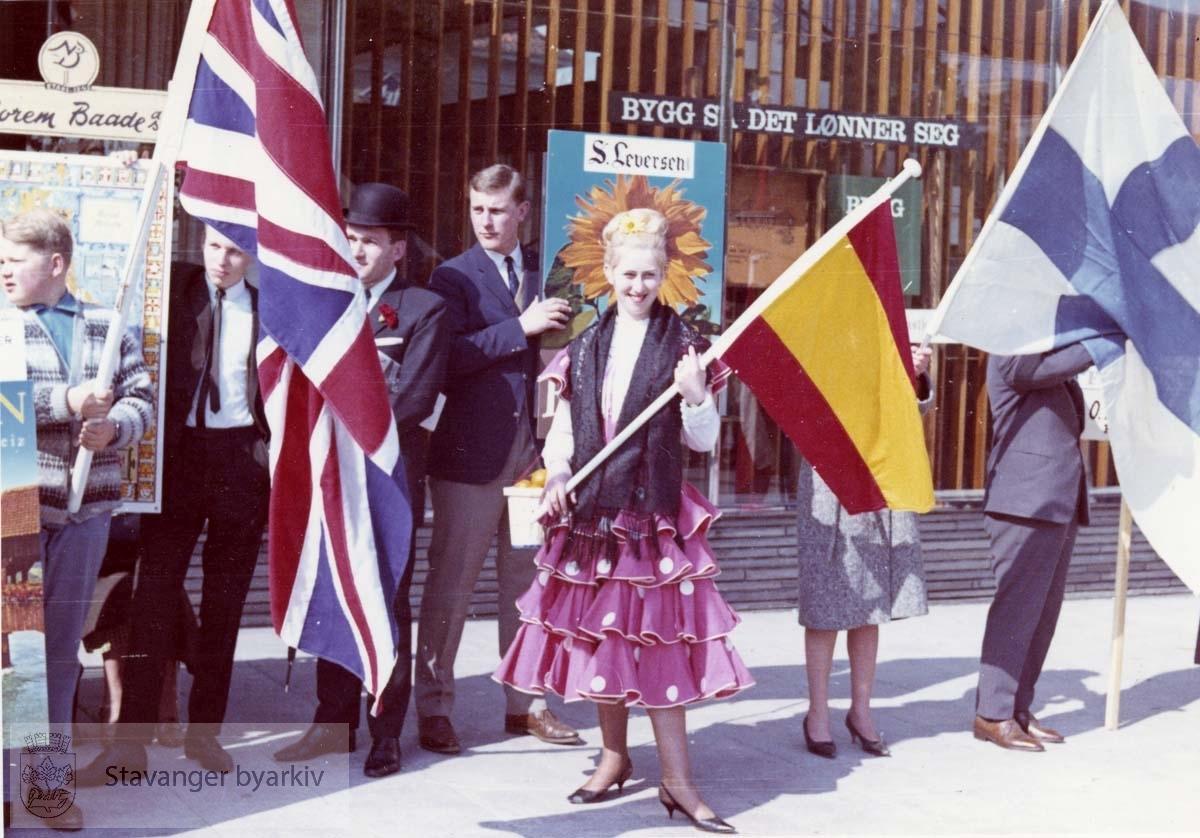 """Fra kulturarrangementet """"Gateway to Britain"""" Se formannskapsarkivet. serie Ea, pakkesak nr 46. Norem Baade og Leversens fane / plakat. Flagg. Utskilt fra PA293."""