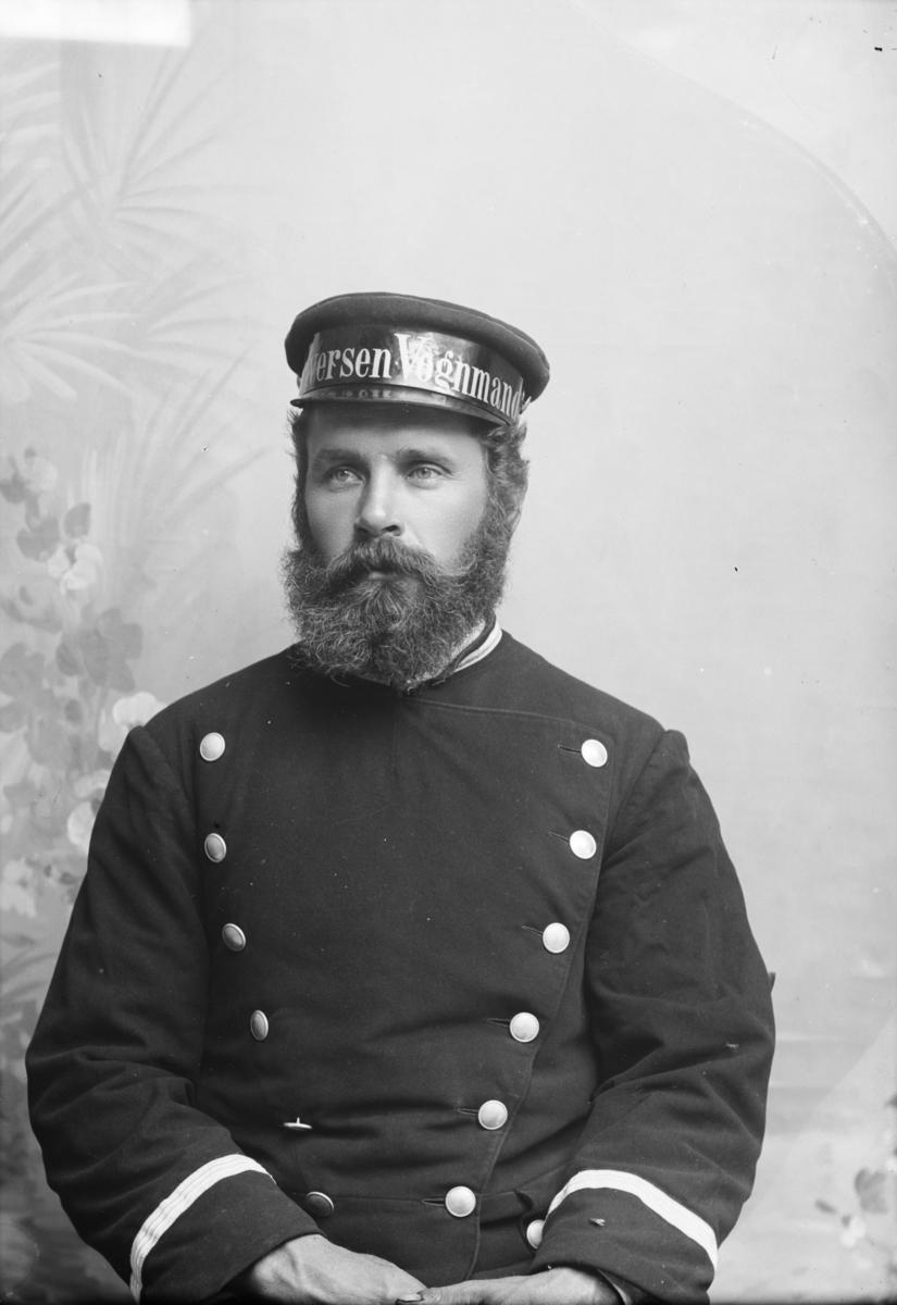 Portrett av Karl B Pedersen i Iversens Vognmannsuniform.