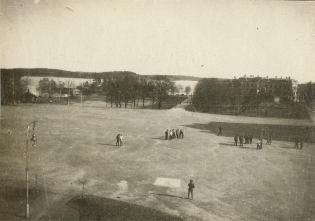 Kaserngården med befälsbostadshus i bakgrunden, Vaxholms grenadjärregemente I 26.