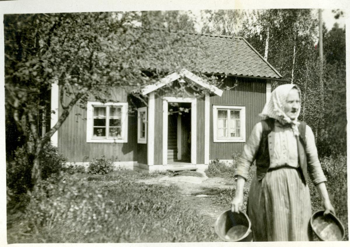 Himmeta sn, Tveta. Torp ev. i Fillinge, Medåker socken. Nils Richard Berglings farmor Johanna står framför huset.