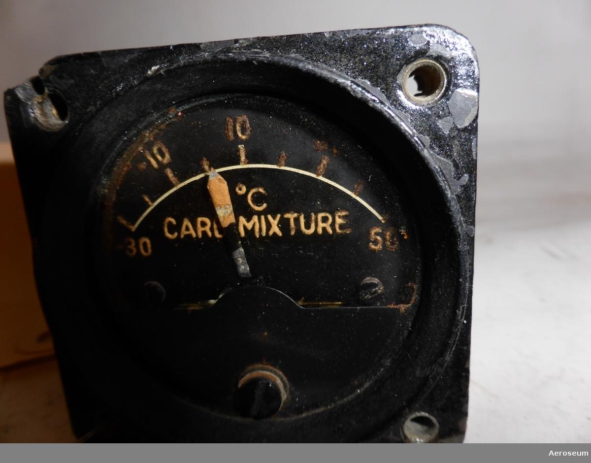 """Detta är ett motorinstrument tillverkad av Sutton-Horsley Co. Ltd. i Kanada.  """"Detta är en Ingastemp. Den visar temperaturen på bränsle/luftblandningen som är på väg in i  en flyg kolvmotor. Informationen användes av piloten för att bedöma risken för isbildning i förgasaren samt motorns effekt.  När bränsle förgasas (övergår till gasform) åtgår värme vilket tas från den insugna luften. Om insugningsluften innehåller mycket vattenånga kan den kondenseras och vattnet frysa till i  förgasaren vilket gör att motorn under sådana förhållanden kan stanna. För att förhindra detta förlopp sätter piloten på förvärmning av inloppsluften. Värme som tas från avgassystemet på motorn. Farligt område, hög fuktighet samt, en temperatur  före förgasaren från +15 grader till -5grader. Värdena ovan kan variera för olika motortyper beroende var mätningen sker. Före förgasaren eller efter densamma. Vilken exakt flygplantyp instrumentet kommer ifrån vet jag inte. Verkar ha anknytning till Canada, kolvmotorflygplan och Krigsåren."""" [Citat och källa från mejlkonversation med Georg Kramer, Arlanda Samlingar]"""