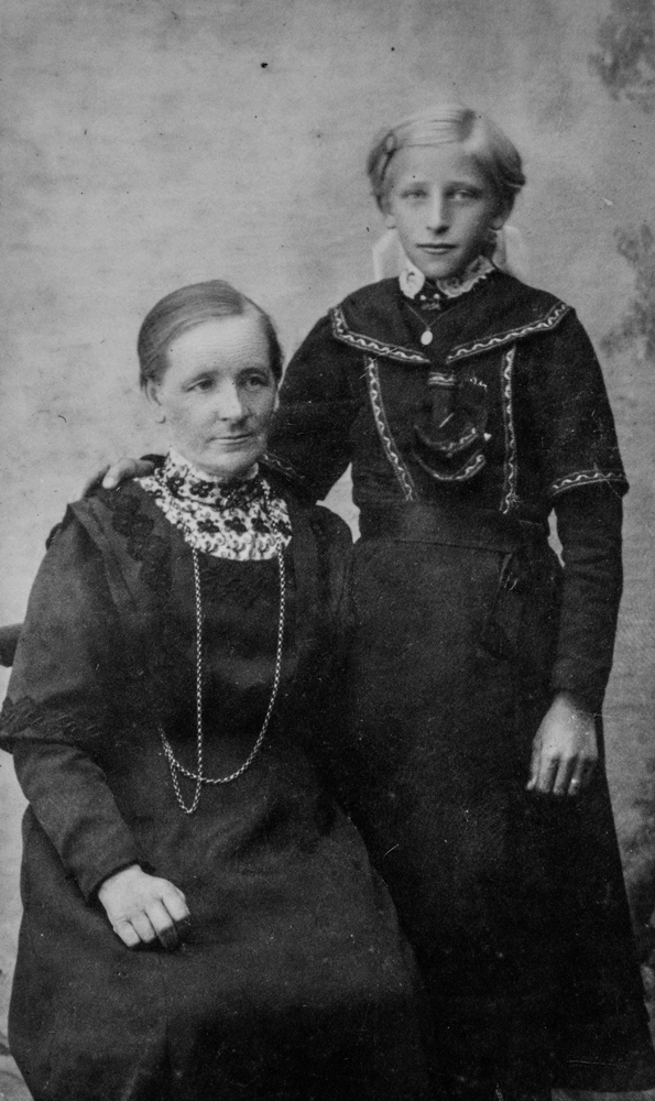 Leirfjord, Leland, Breivika. Fotografbilde av jordmor Marie Leland og datteren Ragna Leland (f. 16.10.1898) Bildet er brukt i Leirfjordkalenderen - oktober 2017.