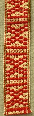 """Magdbandet utgör linningen på Mora kvinnodräkts magd (förkläde). Det är vävt i bandvävstol med lingarn och rött ullgarn till varp och lingarn till inslag. Detta band har även en liten gul och grön kant vilken visar att den hör till just Moras dräkt. Även liråkuppan (väskan) brukar förses med detta mönstervävda band. Många av krusbanden (mönstrade band) vävdes i Garsås by eller av utflyttade """"Garsingar"""". Anna Eriksson, Gopshus, född 1907 är ett exempel på det senare. Ännu år 1997, vid 90 års ålder var hon verksam och vävde åt Hemslöjden. Krusband försedda med en mängd olika mönster benämns imsa-lund band i Garsås. Krusband med en grön tråd i mitten hör mer hemma i Orsa men kan även användas till Moras grönmagd."""