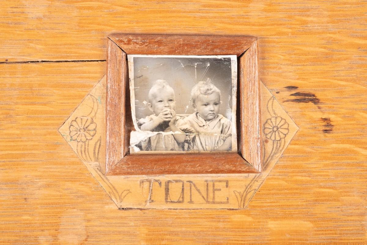 Fotografi av Roar Antonsens tvillingdøtre Tone og Sissel.