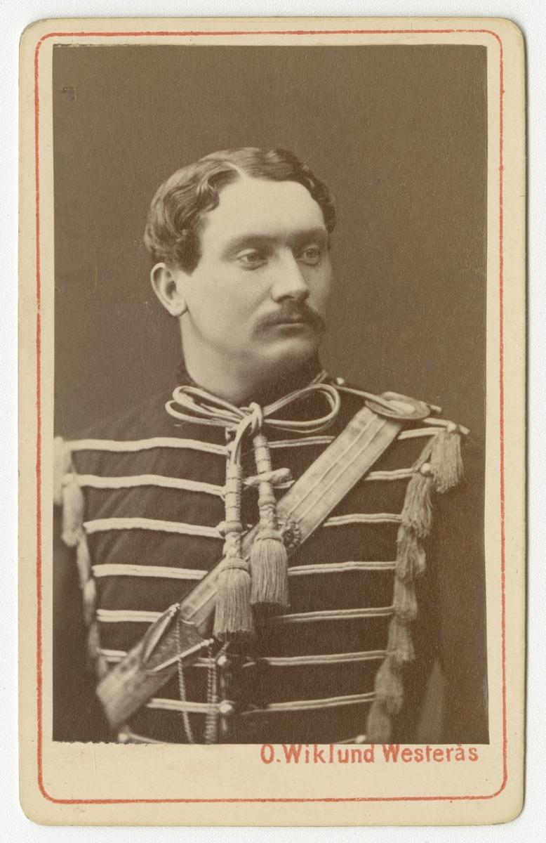 Porträtt av Nils Ludvig Odén, officer vid Smålands husarregemente K 4.  Se även bild AMA.0009697.