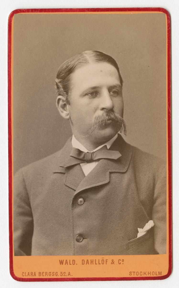 Porträtt av Olof Fredrik Bratt, officer vid Kronobergs regemente I 11.  Se även bild AMA.0006964 och AMA.0006971.