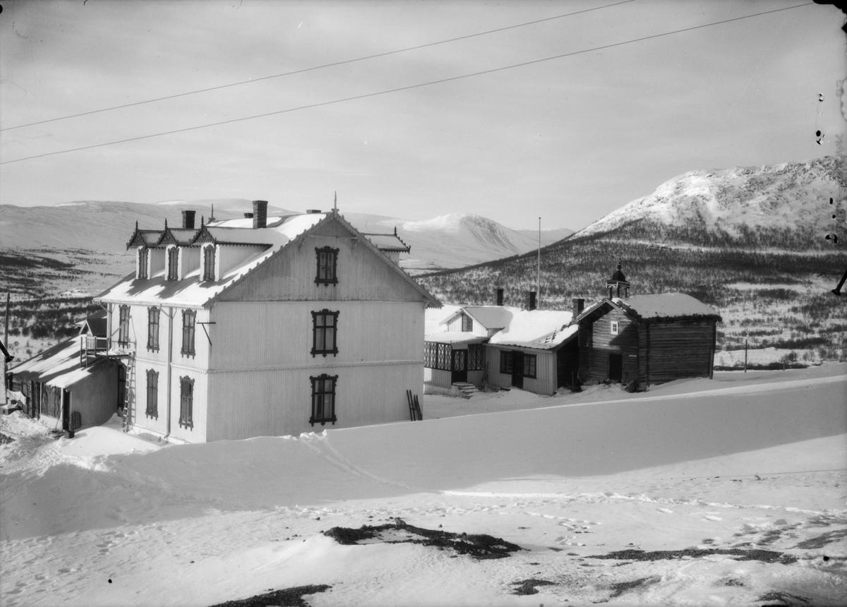 Hjerkinn fjellstue også nevnt som Hjerkinn Hotel. Geitberget bak mot høyre