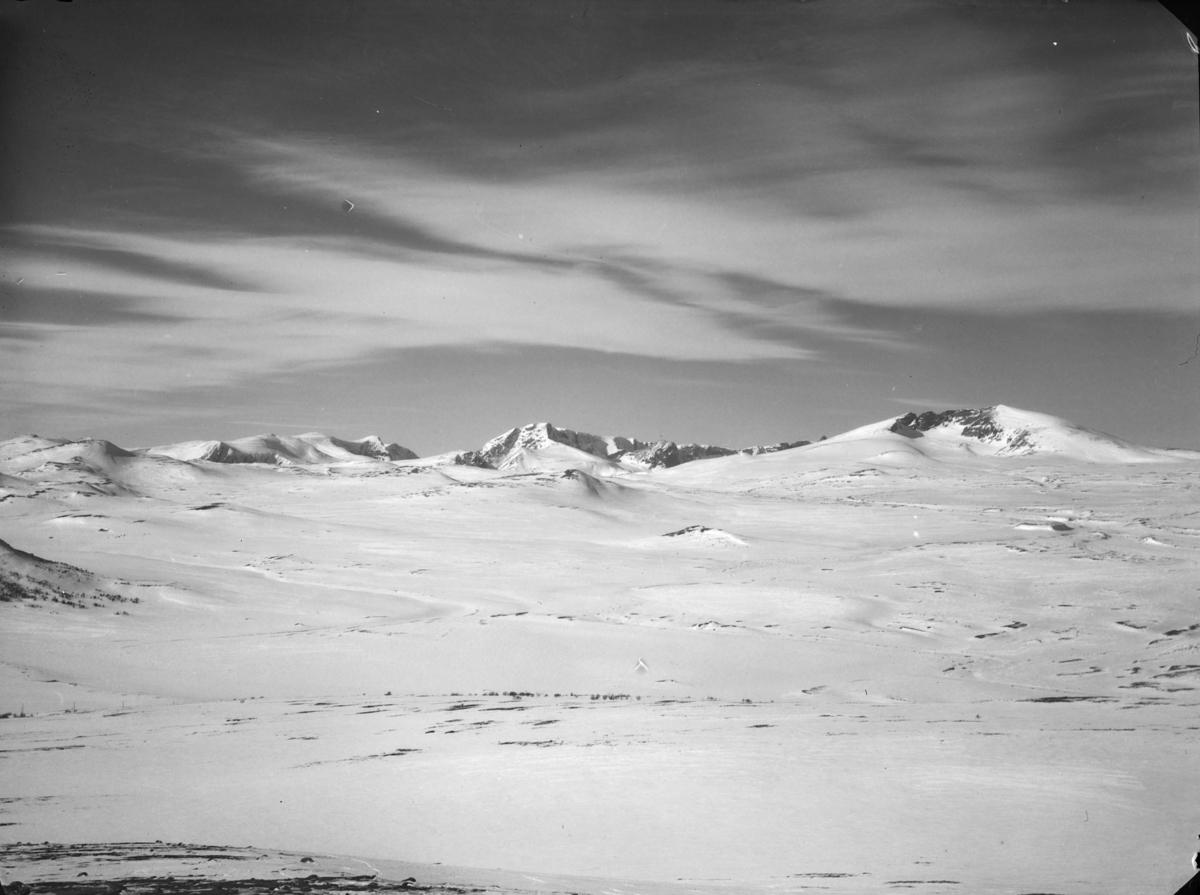 Dovrefjell, utsikt over vinterlandskap med Snøhetta til høyre og Svånåtindan midt i bilde