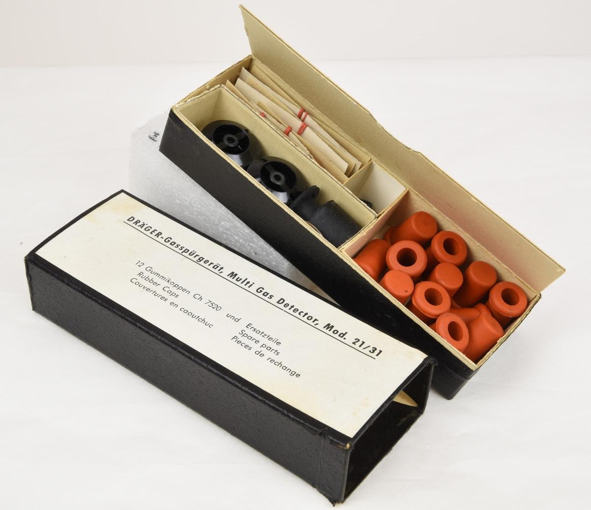 En handhållen gasdetektor, med tillhörande utrustning, som användes för att upptäcka farlig gas och kemiska stridsmedel.  Utrustningen förvaras i en plåtlåda (Jvm21347:1) som är lackerad med grön hammarlack.   Plåtlådan innehåller:  Gasdetektor (:2) av grå plast och vars mittendel täcks av en svart gummibälg. Den förvaras i ett svart fodral med dragkedja, fodralet är troligen gjort av vinyl (:3). En obruten förpackning (:4) gjord av hårdplast, den innehåller 10 stycken glasrör med klorin. Vid användning monterades dessa glasrör med klorin på gasdetektorn och om det var gas i luften var tanken att glasrörens innehåll skulle bli missfärgat. En svart kartongförpackning (:5) med en vit etikett som innehåller reservdelar till gasdetektorn. En bruksanvisning (:6) för Gasspügerät, Multi gas detector, Mod 21/31 DBP. Skriven på tyska. En häftad tabell (:7) med data om gasers fysikaliska samt giftiga egenskaper. Skriven på tyska. En enkelspårig skruvmejsel med ett handtag som är gjord av gul genomskinlig plast.
