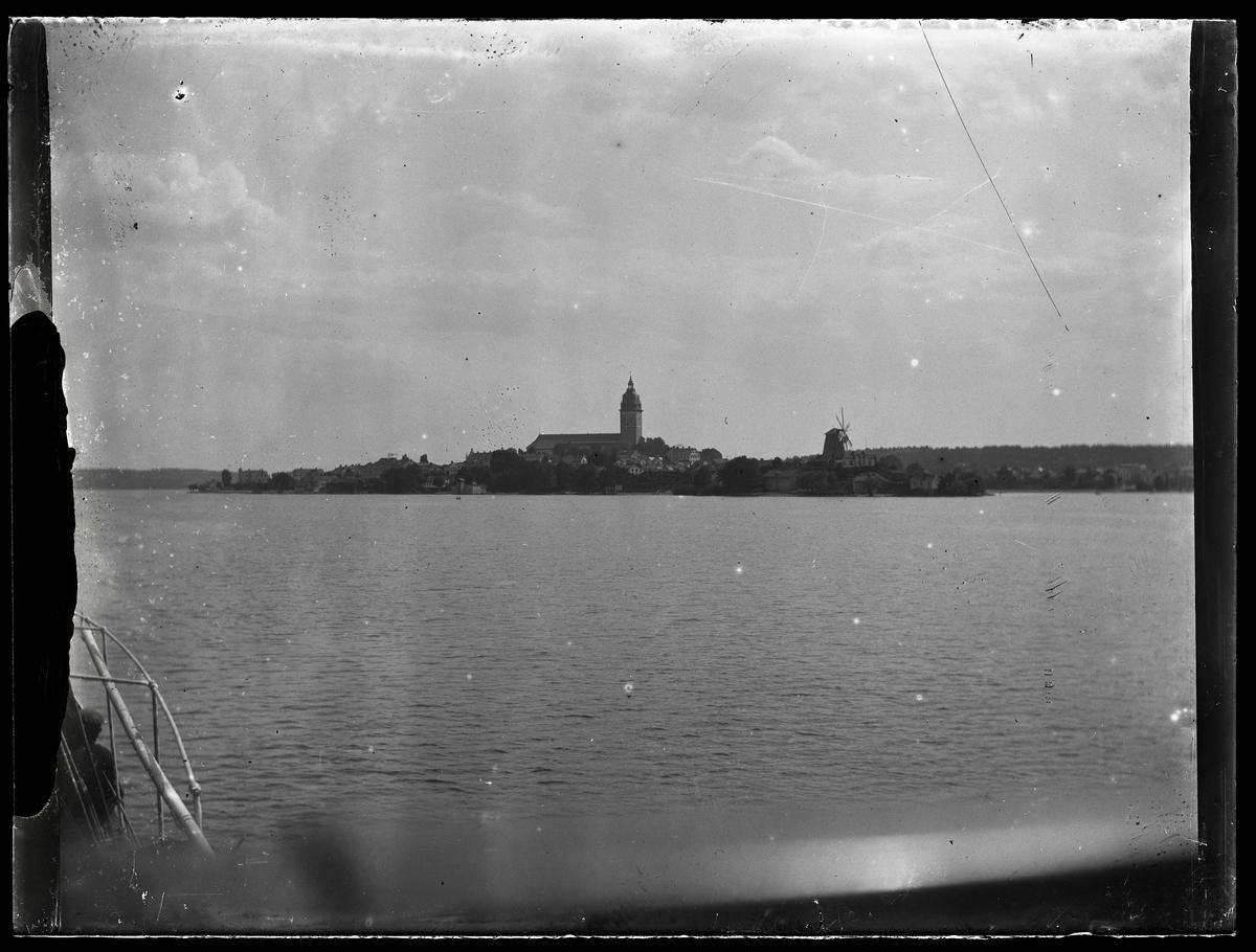 Strängnäs kyrka fotograferad från båt.