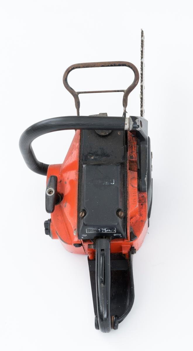 Motorsag av typen Jo-Bu LP4 med påmontert sverd og sagkjede.  Sverddeksel og deksler over sylinder og forgasser / luftfilter er utført i svart plast.   Foran den fremre håndtaksbøylen er det påmontert en vernebøyle. Saga har også automatisk sikkerhetsbrems for kjedet (kjedebrems). Kjedebremsen spennes før arbeidet med saga starter. Bremsen utløses ved start og ved bæring når motoren er i gang.  For registrator virker det som om sagas kjedebrems er defekt. På det bakre håndtaket er det  påmontert høyrehåndsvern. En annen sikkerhetsanordning er gasshendelsperren i det bakre håndtaket.  Saga er videre utstyrt med avvbrierte håndtak, gummidemping mellom håndaktene å sagkroppen, for å redusere vibrasjonene fra motorsagmotoren. Olje- og drivstoffpåfyllingen gjenfinnes ved siden av starthuset. Stoppknappen er plassert på venstre side av det bakre håndtaket. Chokeknappen er plassert på høyre side av sagkroppen, like ved det bakre håndtaket.   Fra Jobus håndbok og andre kilder er følgende tekniske data gjengitt: Totaktsmotor på 48 kubikkcentimeter, 3,5 hestekrefter, vekt: 5,9 kilo med 32 centimeters skjæreutstyr, kjedehastighet 16-19 meter per sekund.